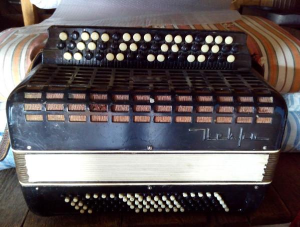 старый баян - народный музыкальный инструмент